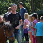 Der Regenbogenverein e.V. bot das alljährliche Ponyreiten für Kinder an - Stadtteilfest 2015